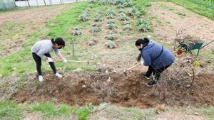Deu veïnes de Rubí participen en un nou curs d'horticultura als horts de Cova Solera