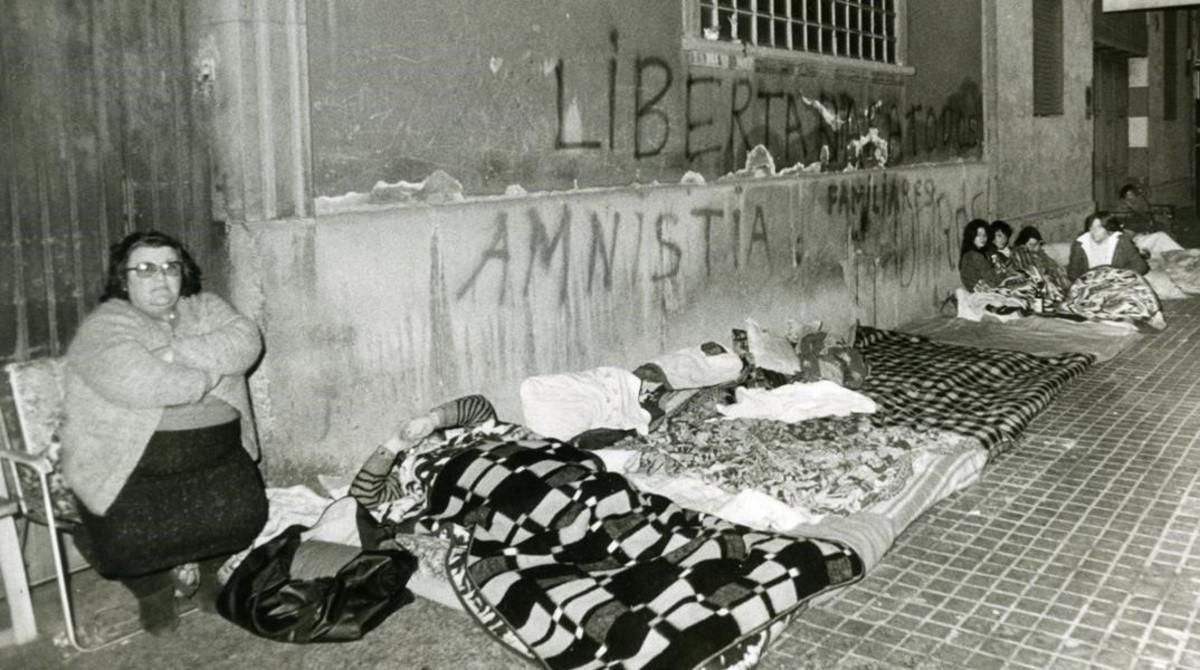 Familiares de presos en huelga de hambre cerca de la Modelo, en 1982.