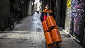 Un repartidor de butano por las calles del centro de Barcelona.