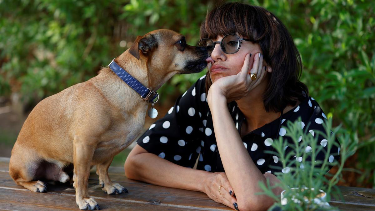 Ana Lily Amirpour, directora de 'Mona Lisa and the Blood Moon', y su inseperable Benny, fotografiados en el Festival de Sitges