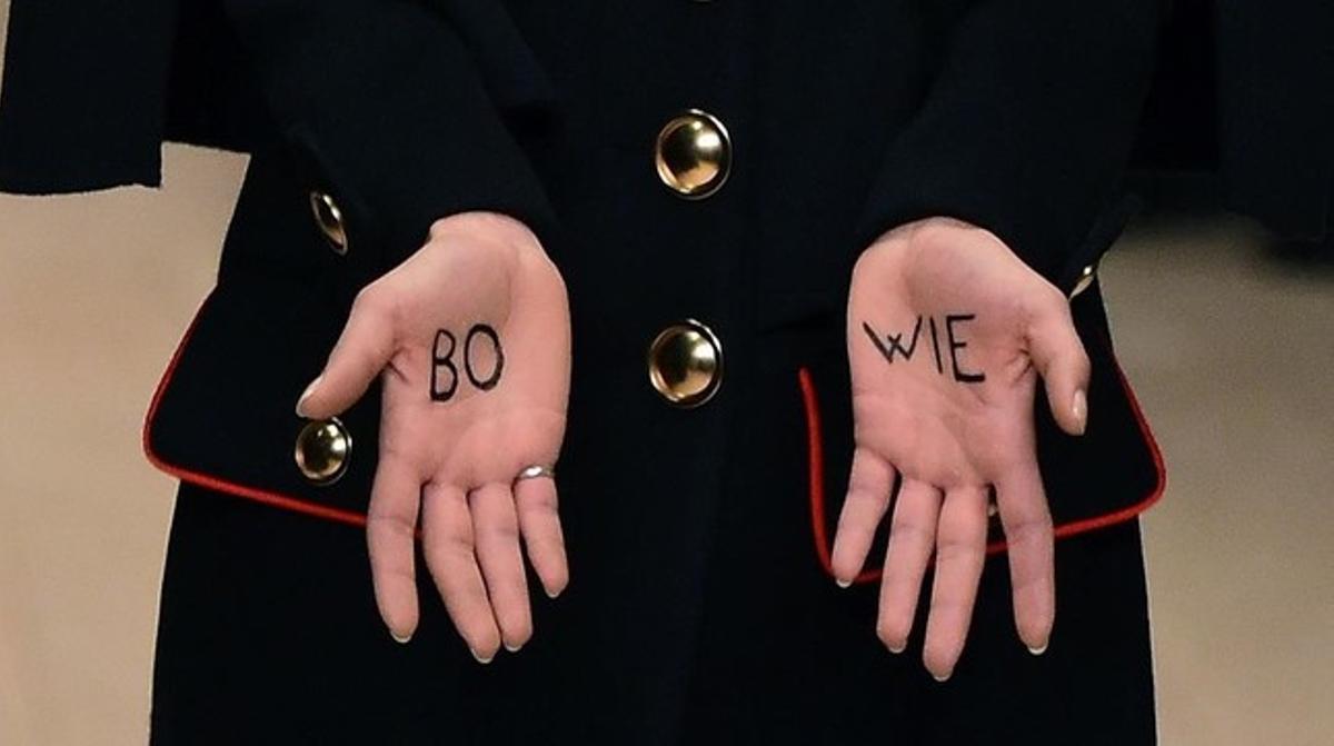 Una modelo de Burberry enseña durante su desfile en Londreslas palmas de las manos donde se ha escrito el apellido de Bowie.