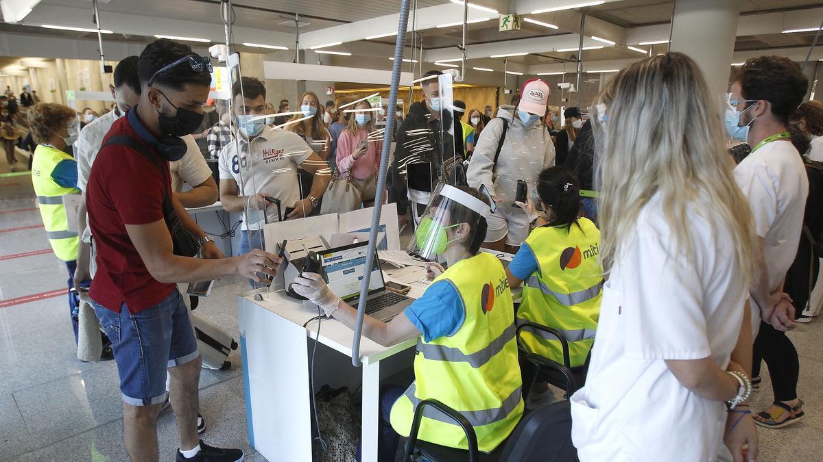 Lectura del certificado COVID en el aeropuerto de Palma