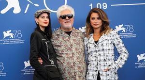 Milena Smit, Pedro Almodóvar y Penélope Cruz, este miércoles en Venecia, durante la presentación de 'Madres paralelas'.