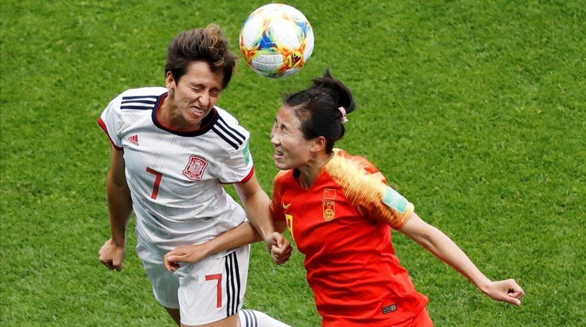 Marta Corredera y Li Yang pugnan por un balón durante el partido China-España.