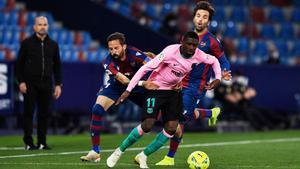 Dembélé intenta zafarse de dos jugadores del Levante en el Ciutat de Valencia.