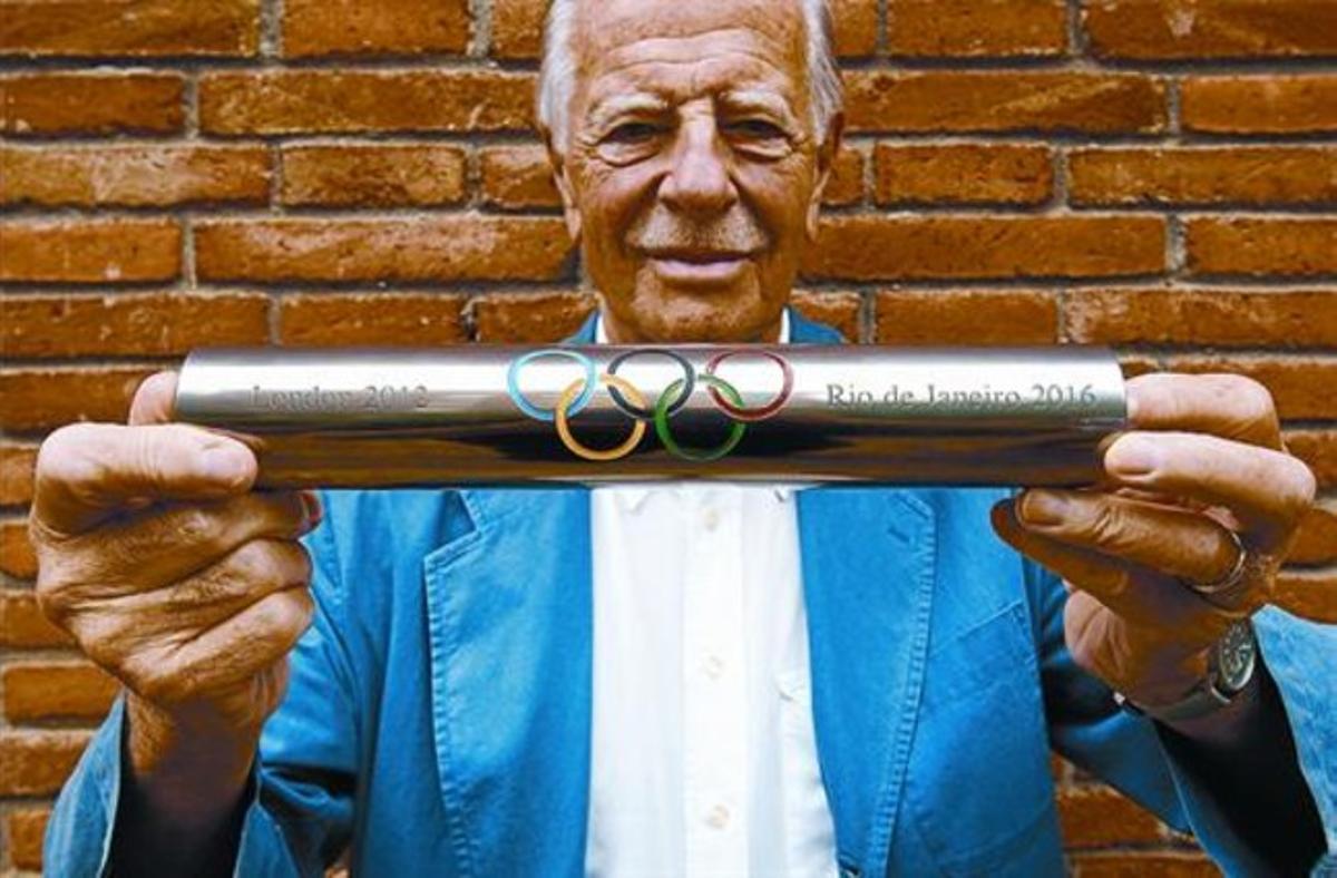 André Ricard sostiene el testigo diseñado para que Londres pase la responsabilidad olímpica a Río, el lunes.