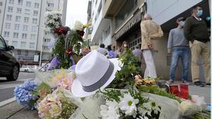 Altar con flores en la acera donde fue golpeado Samuel, en A Coruña.