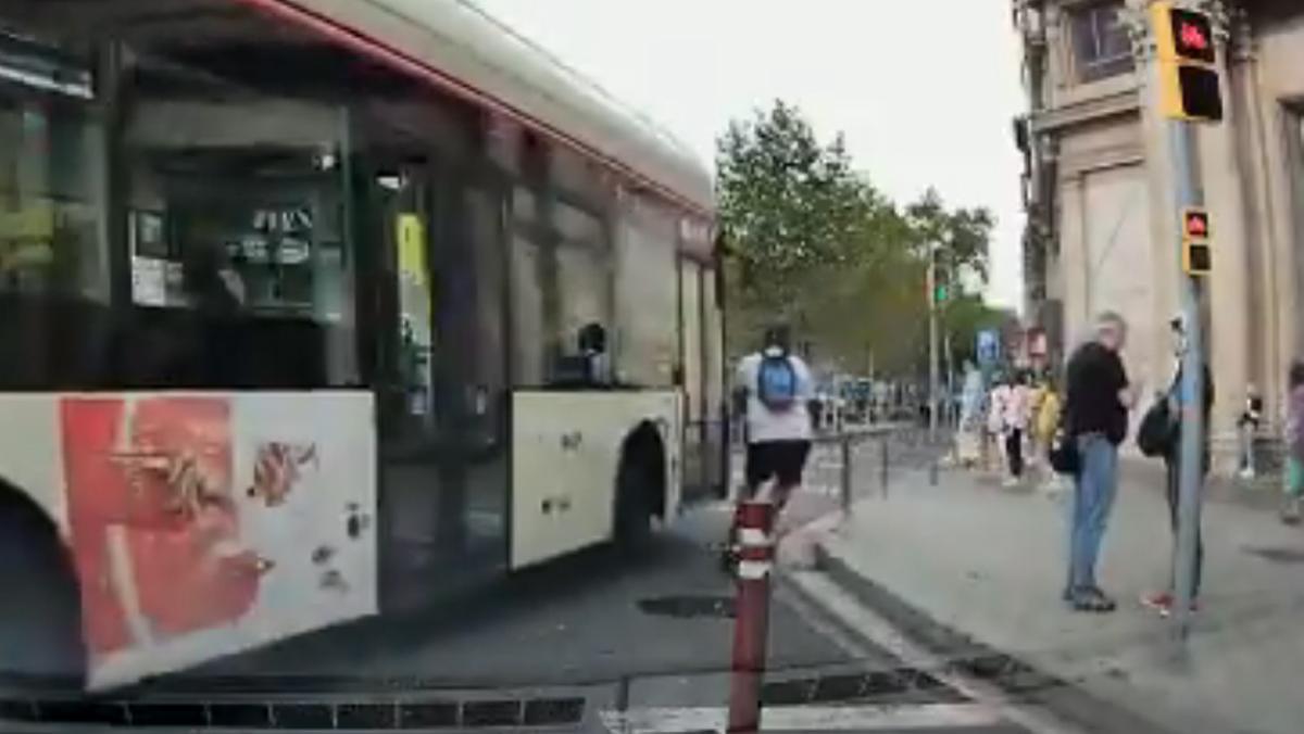 Momento en el que el patinete coincide con el bus en el cruce de paseo de Gràcia con Gran Via, el lunes