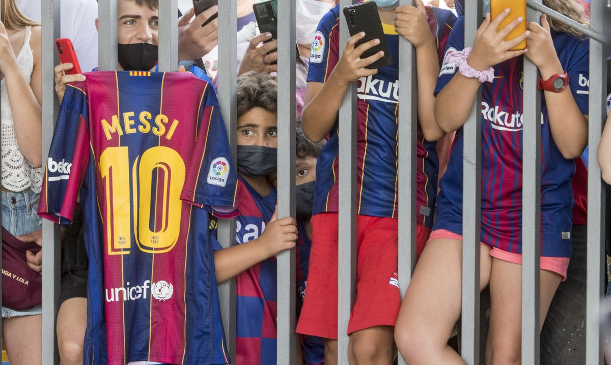 Aficionados azulgrana a las puertas del Camp Nou esperando ver a Messi tras su despedida