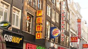 Varias empresas de comida rápida en una calle de Ámsterdam, la capital de Países Bajos.