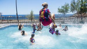 María León se lanza con sus compañeras a la piscina del hotel del Barça en Tenerife.