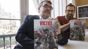 El guionista Carles Santamaria (izquierda) y el dibujante Cesc F. Dalmases (derecha), con las ediciones castellana y catalana de 'Victus 2. Vidi', en la sede de Norma Editorial.
