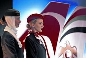 Una azafata de Etihad y otra de Air Berlin.