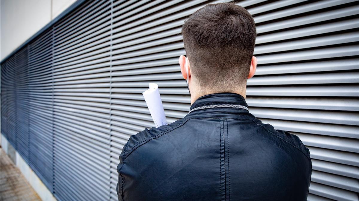 El informático posa de espaldas porque prefiere mantener oculta su identidad.