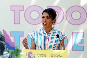 La ministra de Igualdad, Irene Montero durante la entrega los primeros Reconocimientos Arcoiris a personas y entidades destacadas en la visibilización, apoyo y defensa de las personas LGTBI Lugar, este lunes, en Madrid