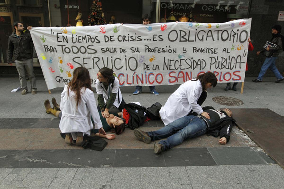 Varios sanitarios simulan la atención a pacientes en la calle para protestar contra la privatización de seis hospitales y 27 centros de salud.