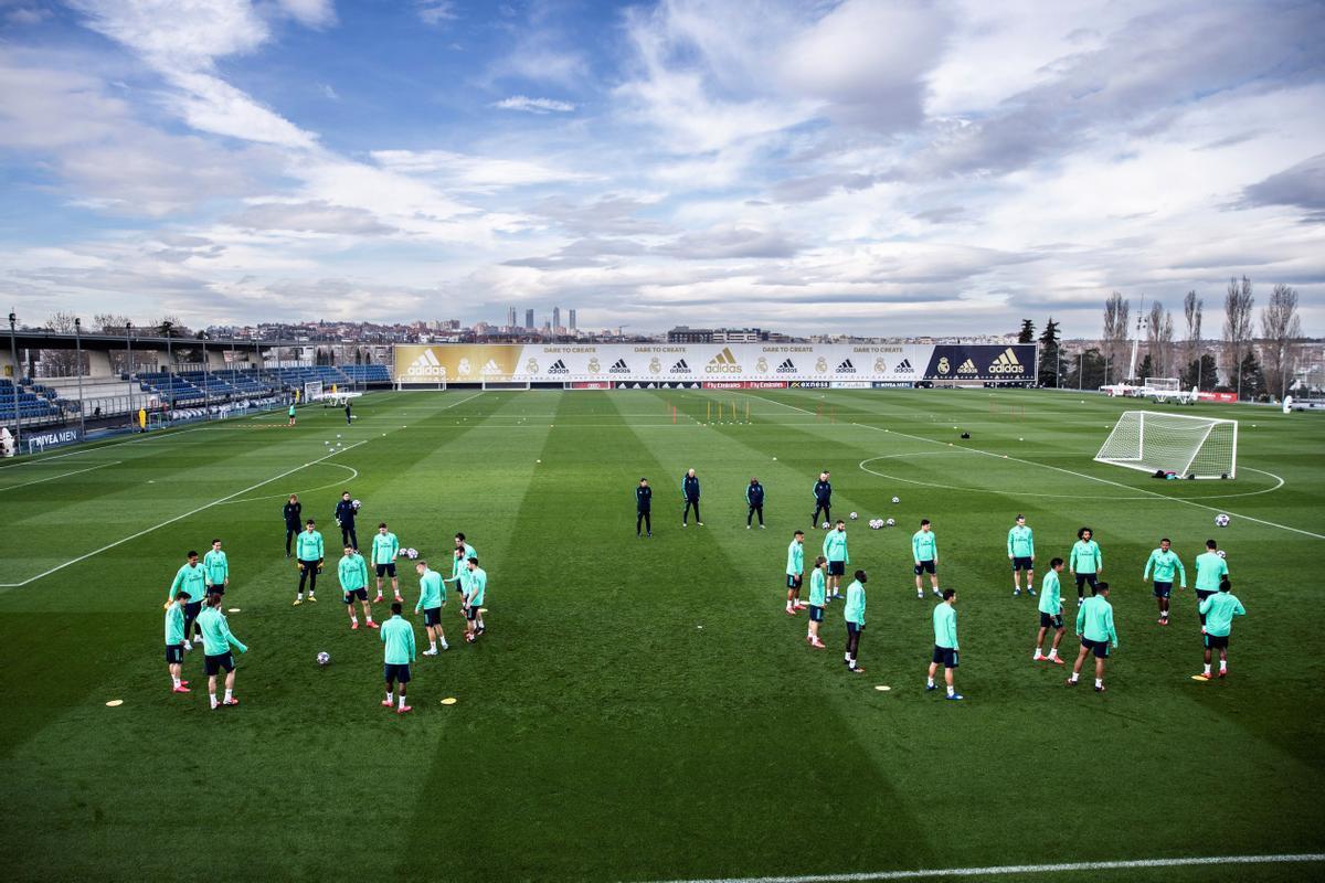 Entrenamiento del Real Madrid en Valdebebas, con las Cuatro Torres levantadas sobre los terrenos de la antigua ciudad deportiva al fondo.