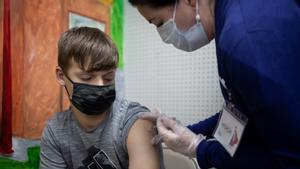Un chico de 14 años recibe la vacuna de Pfizer este sábado en la localidad de Schwenksville (Pensilvania, EEUU).