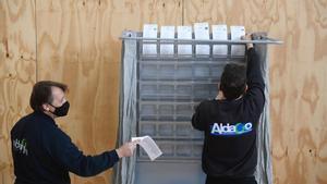 Preparación del dispositivo electoral en el Poliesportiu Municipal Camp del Ferro.