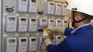Un técnico revisa los contadores de electricidad