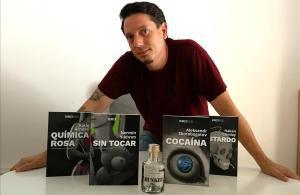 Borja Caamaño, con el 'pack canalla' de libros y ginebra. Falta la música.