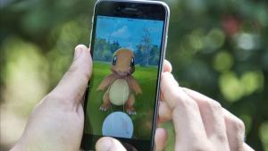 Un jugador intenta atrapar unCharmander en el popular videojuego 'Pokémon Go'