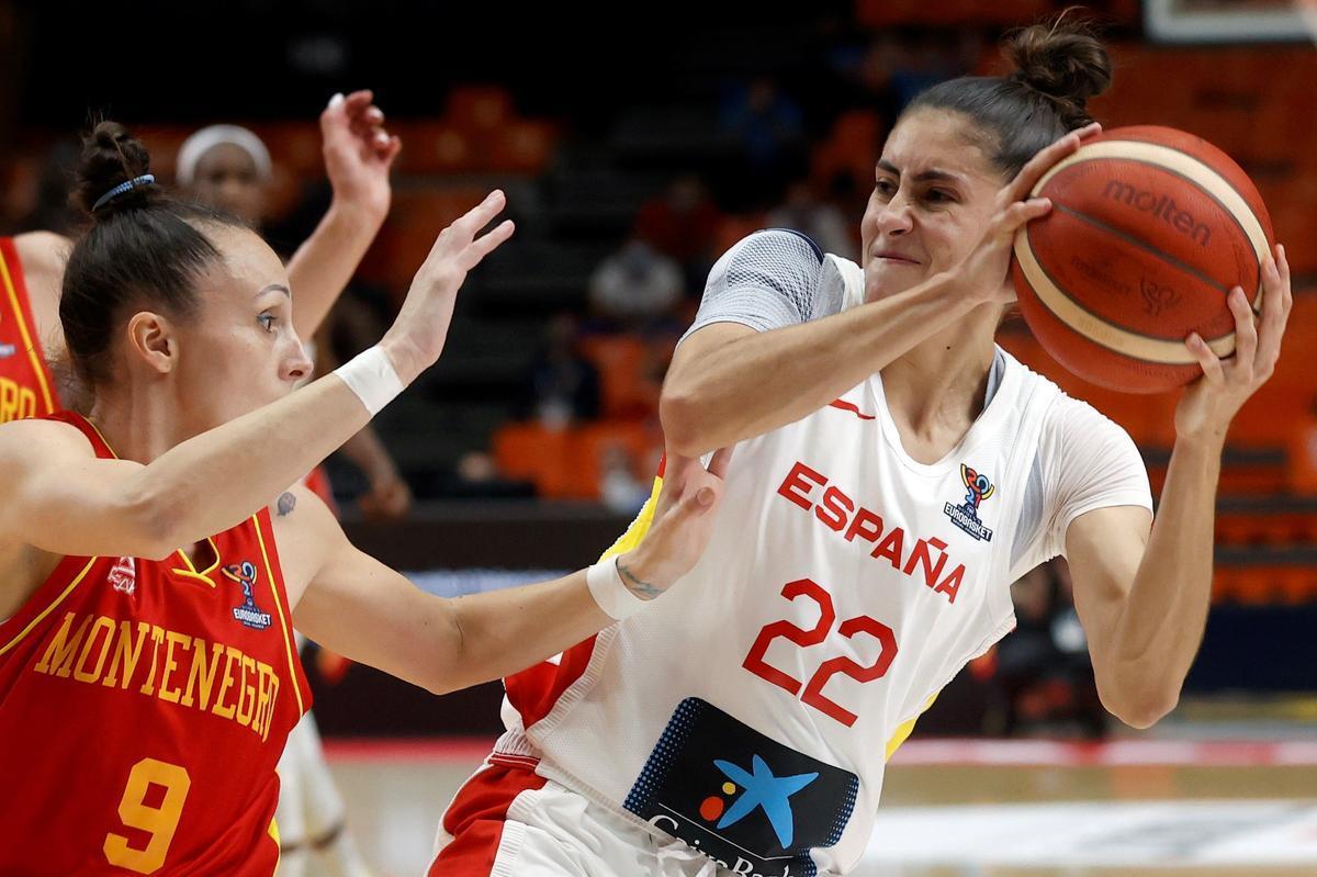 La internacional española María Conde (d) intenta superar la defensa de Montenegro en octavos de final del Eurobasket.