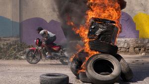 Una barricada en llamas durante una protesta contra el presidente Jovenel Moise, en Puerto Príncipe.