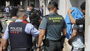 ARCHIVO // Guardia Civil y Mossos d Esquadra se llevan a undetenido, en Ripoll.