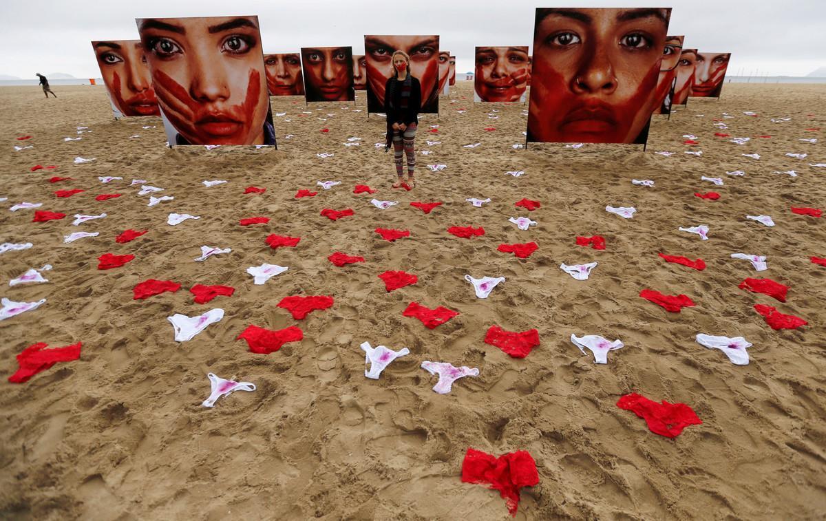 Una manifestación en contra de las violaciones en Brasil siembra de bragas la playa de Copacabana.