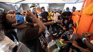 350 migrantes aguardan a bordo del 'Sea Watch 4' hasta que algúnpuerto les permitaatracar.