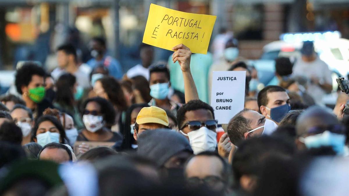 Protesta en Lisboa por el asesinatode Bruno Candé, de origen guineano,a manos de un veterano de la guerra colonial, en julio del 2020.