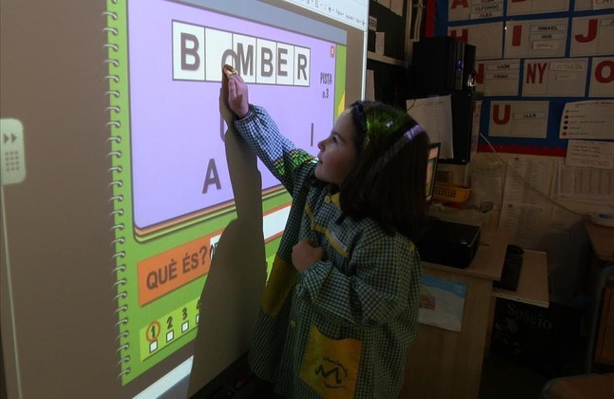 Una alumna trabaja con una pizarra digital en un colegio de Viladecans.