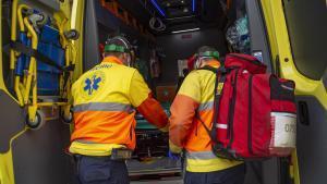 Trabajadores de Ambulancias Domingo, durante un servicio de transporte.