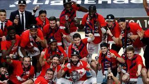 El Baskonia celebra el título de Liga conquistado ante el Barça.