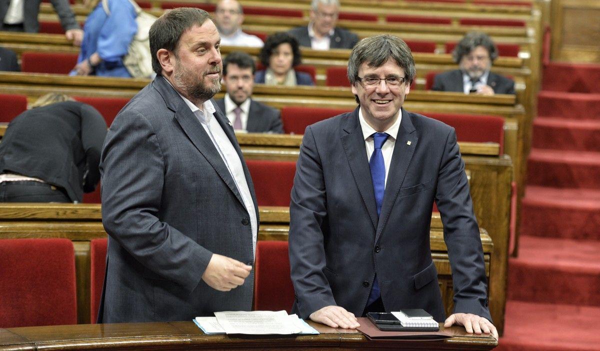 Oriol Junqueras y Carles Puigdemont, en el Parlament durante la sesión de los presupuestos.