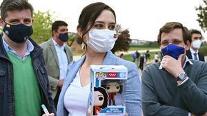 La presidenta de la Comunidad de Madrid y candidata a la reelecciónIsabel Díaz Ayuso posa con su muñeco Funko Pop junto al portavoz nacional del PP y alcalde de Madrid José Luis Martínez-Almeida (derecha), este lunes.