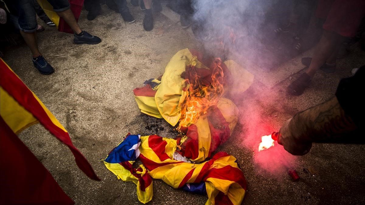 Crema d'estelades en la protesta de l'extrema dreta a Barcelona