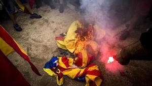 Quema de 'estelades' en la protesta de extrema derecha, en Montjuïc.