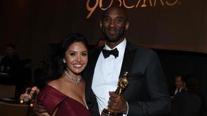 Kobe Bryant y su esposa, en la gala de los Oscar en la que fue premiado.