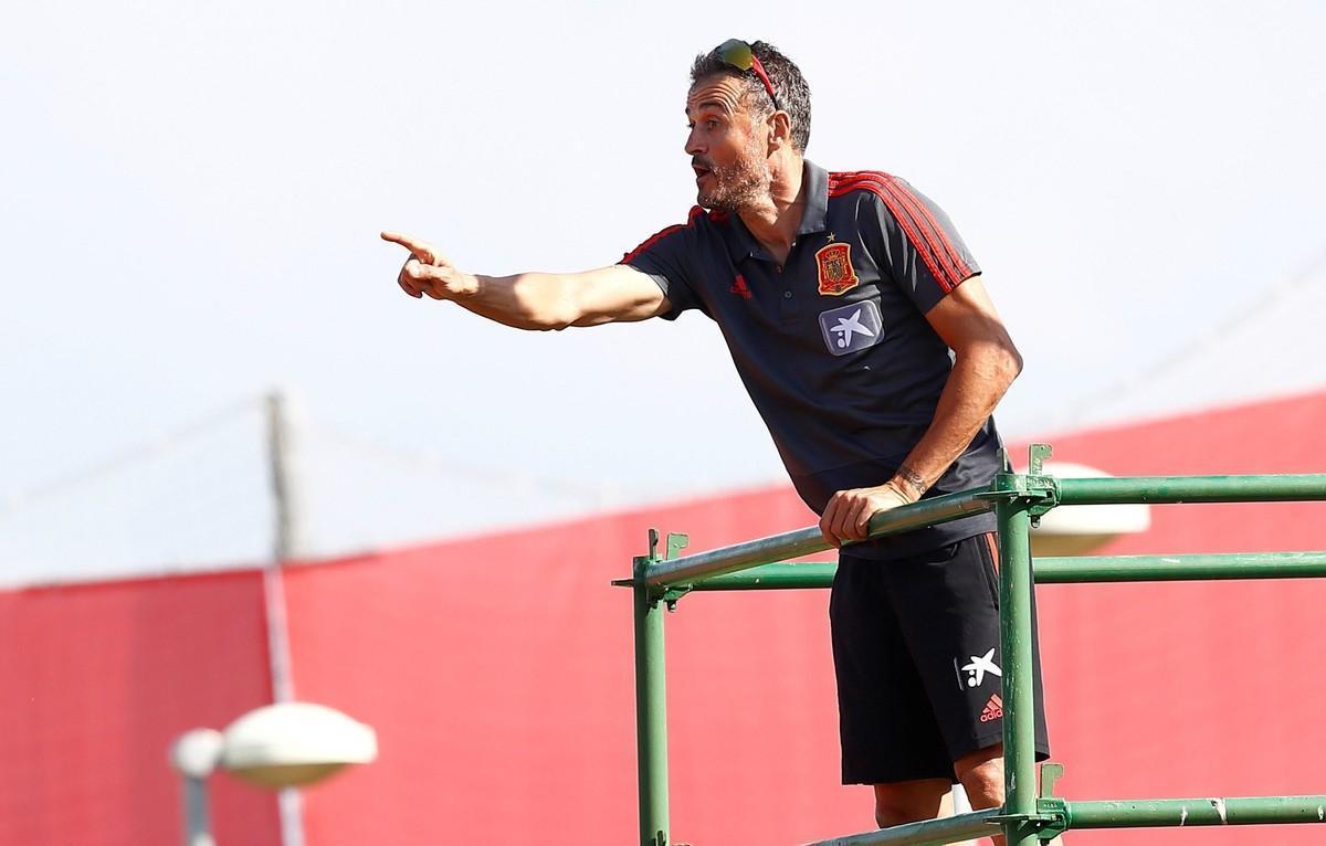 El seleccionador español Luis Enrique supervisando un entrenamiento del equipo.