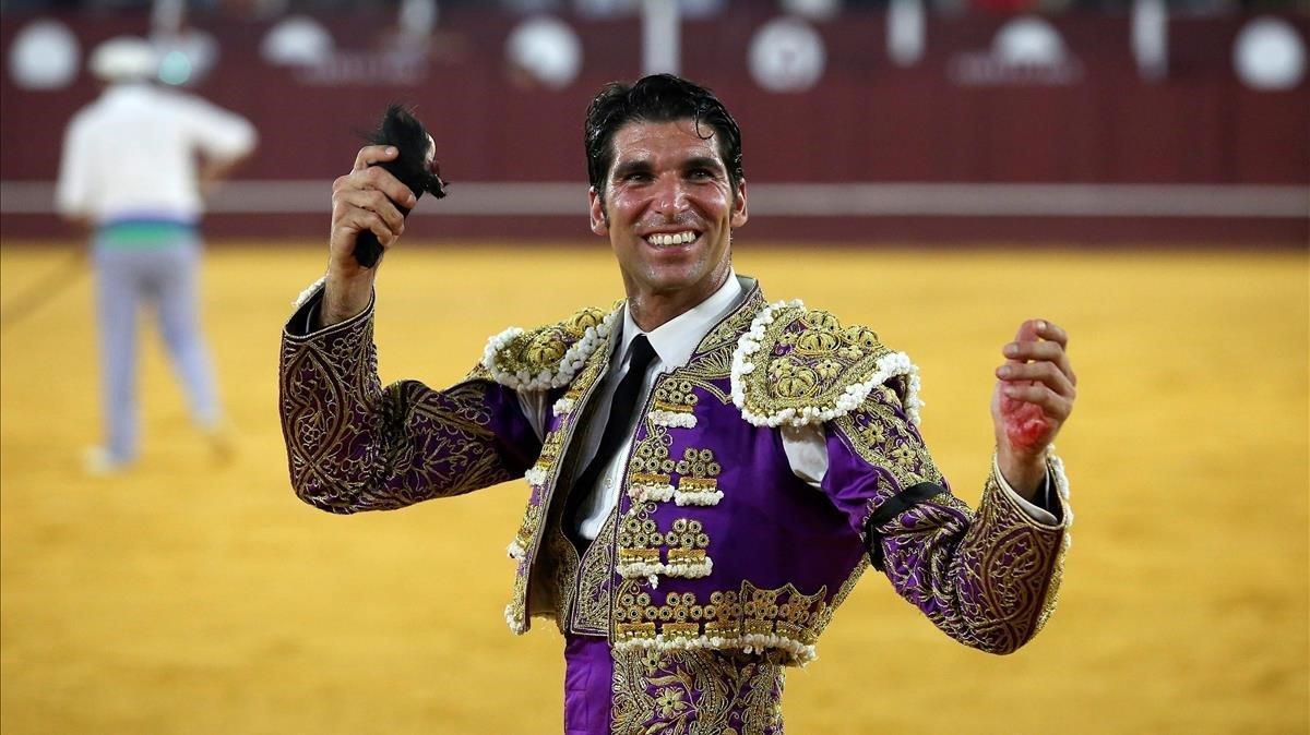Cayetano Rivera tras cortar dos orejas en el sexto toro de la tarde en el festejo taurino que se celebró en la Plaza de Toros de La Malagueta, en agosto del 2019.