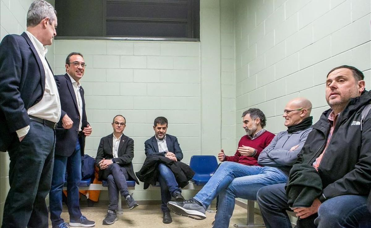 Los líderes independentistas encarcelados esperan en una sala, durante su traslado a Madrid por el juicio del 1-O.