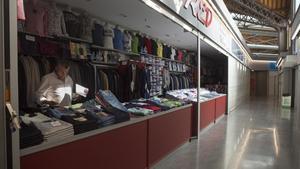 Una zona del mercado de Sant Antoni destinado a la venta de ropa.