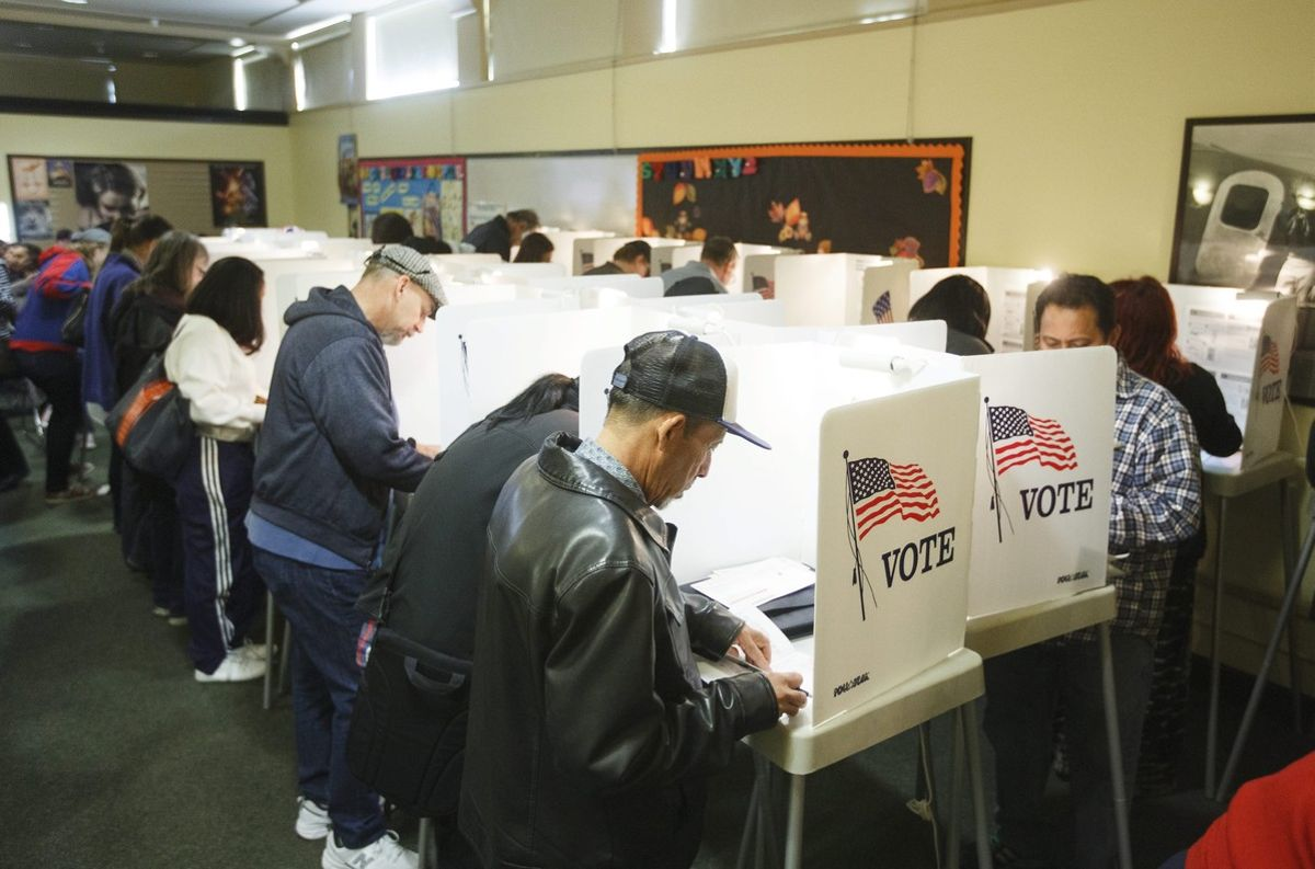 Unos electores ejercen su derecho al voto mediante el sistema de 'voto temprano' en Hollywood Norte,California.