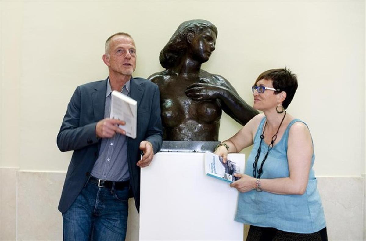 Los escritores Gerbrand Bakker y Maria Mercè Cuartiella, premiados en otras literaturas y en literatura catalana, respectivamente, conversan en el Palau de la Virreina.
