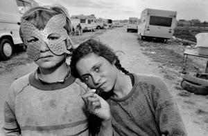 Exposición de Mary Ellen Mark en la Fundación Foto Colectania. En la foto, campamento gitano en la Barcelona de 1987.