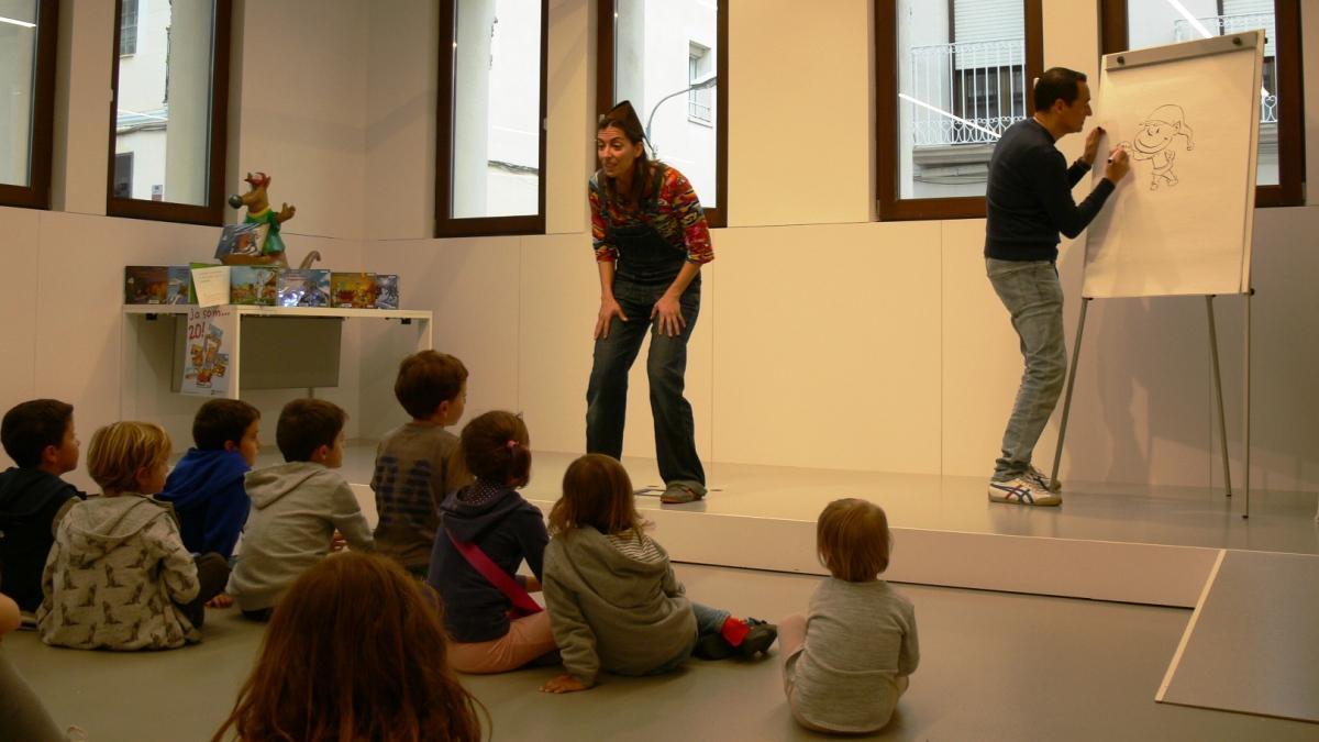 Núria Clemares explica las aventuras del follet Oriol mientras Òscar Sardà las dibuja.
