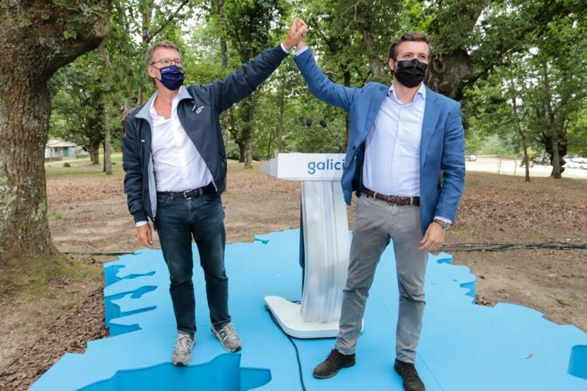 El presidente del PP, Pablo Casado, con el jefe de la Xunta de Galicia, Alberto Núñez Feijóo, este 29 de agosto de 2021 en Cerdedo-Cotobade, Pontevedra, en el acto de arranque del curso político del partido.
