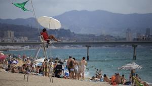 Un socorrista en una playa junto al Pont del Petroli de Badalona, la semana pasada.